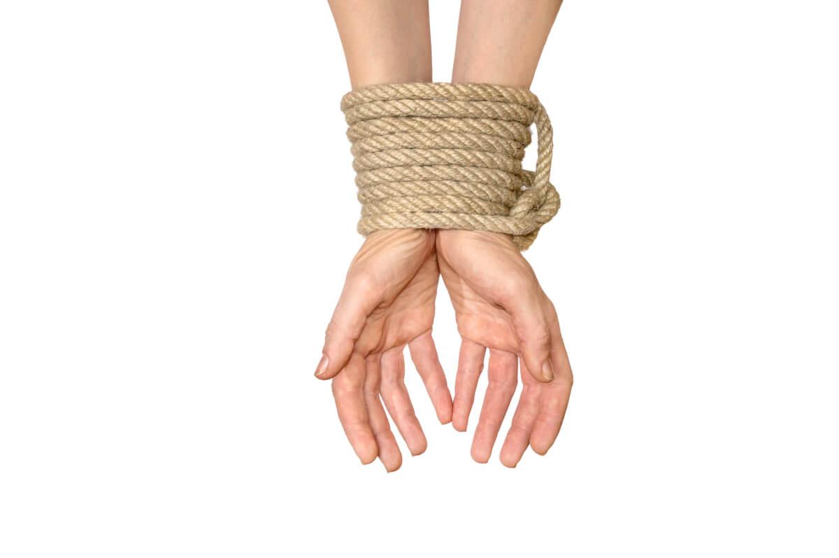Как разорвать капроновую веревку голыми руками.