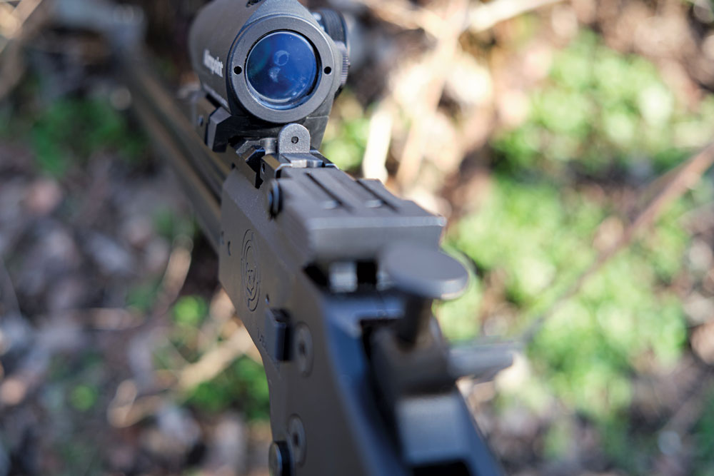 The M6 uses a fixed peep sight for the rifle barrel
