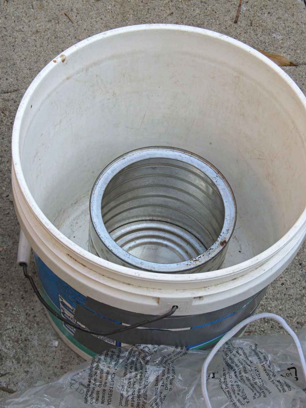 Put the can into the middle of the bucket.